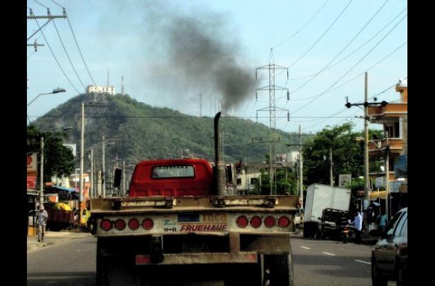 Tractomulas contaminan el ambiente.
