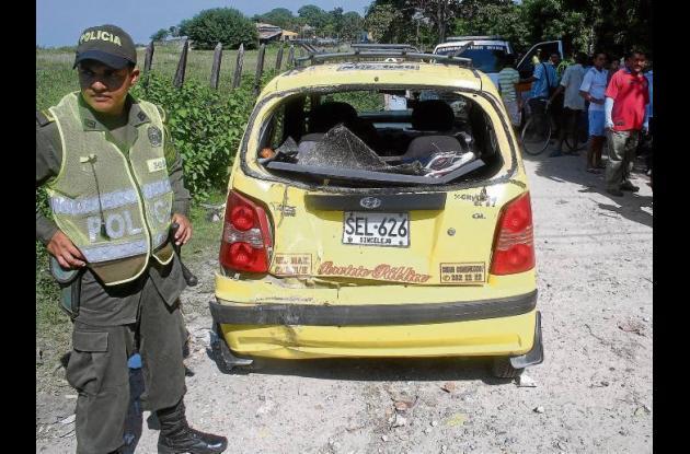 El motociclista chocó violentamente contra el taxi
