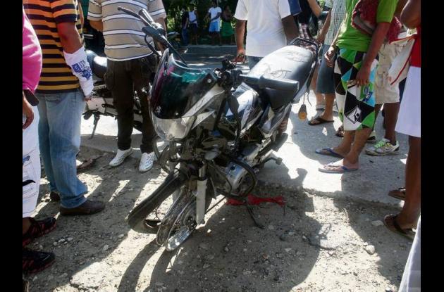 La motocicleta quedó destrozada como producto de la colisión.