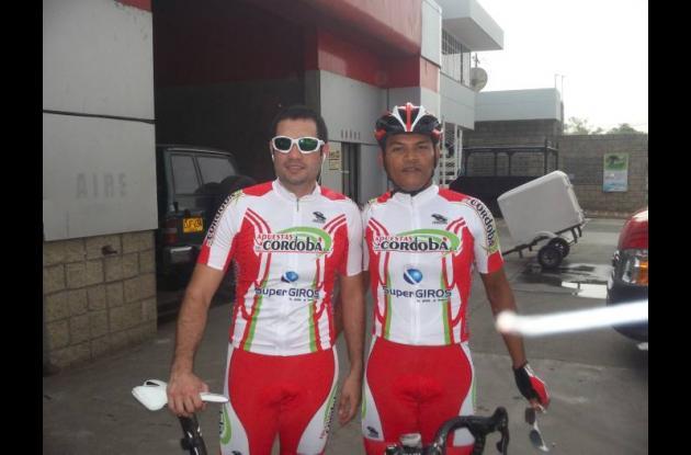 Salin Chisays Martínez (a  la izquierda) y Luis Piñeres, ciclistas cordobeses.