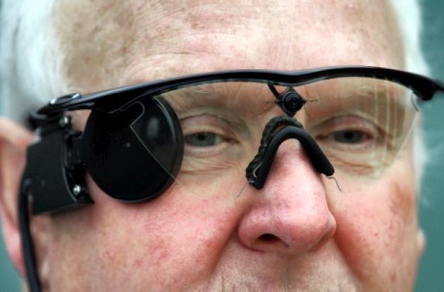 Eric Selby tiene una cámara instalada en un par de anteojos, que trabaja en conj