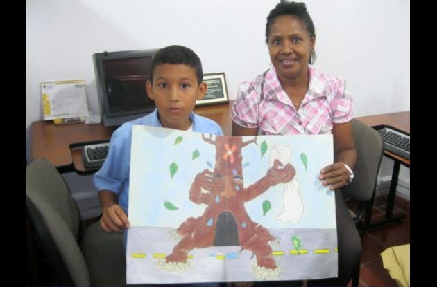 Brayan Pacheco junto a la profesora Rocío Herrera mostrando el dibujo ganador.