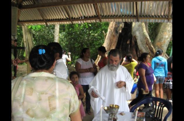 Los sacerdotes ofician misas permanentes.