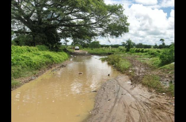El pésimo estado de las vías para llegar a algunos colegios de Sahagún.