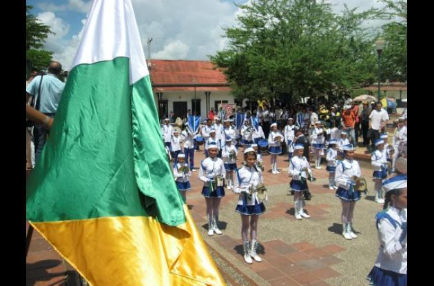 Los colegios participaron en los desfiles para celebrar el nuevo aniversario.