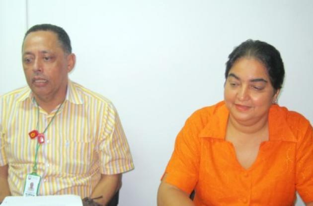 Alexis Gaines, epidemiólogo, y Ángela Cuéter, secretaria de Salud de Córdoba.