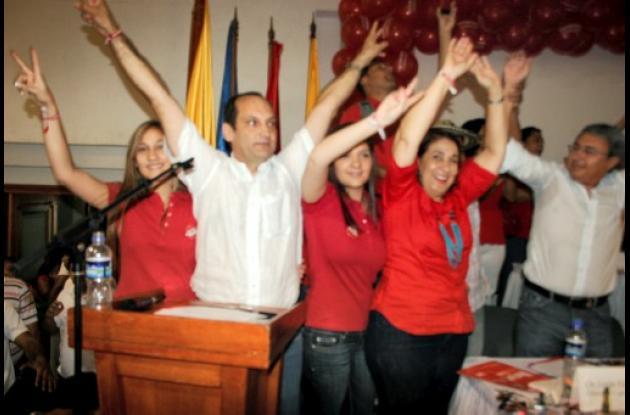 El candidato Víctor Raúl Oyola junto a su esposa Marta Torres y sus hijas