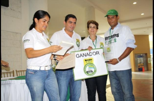 funcionarios de la CVS junto al representante de la empresa Coagro