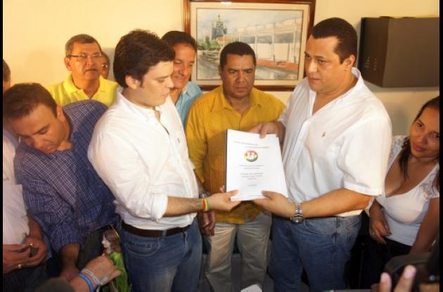 Alejandro Lyons inscribiendo su candidatura