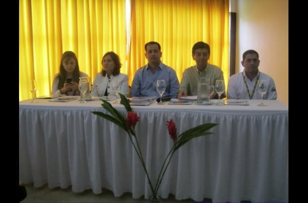 Judith Buelvas, gerente de Proactiva, el alcalde Marcos Daniel Pineda y el deleg