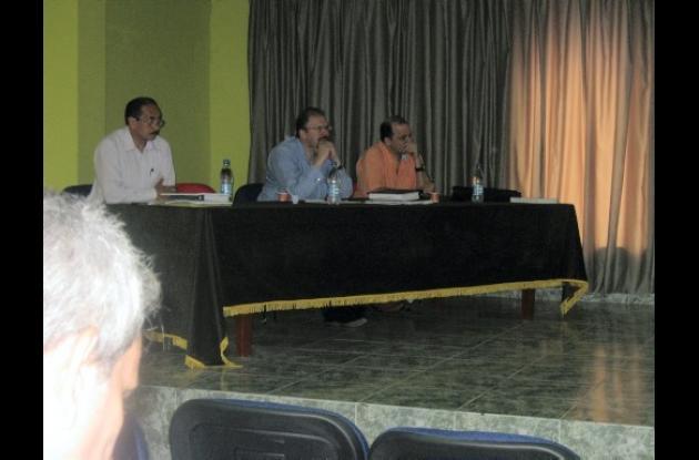 En la mesa las autoridades electorales.