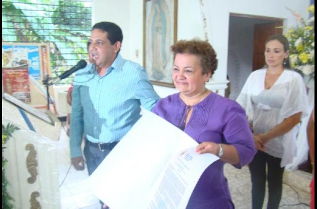 El alcalde Martín Jalal entregó la resolución a la gobernadora Marta Sáenz.