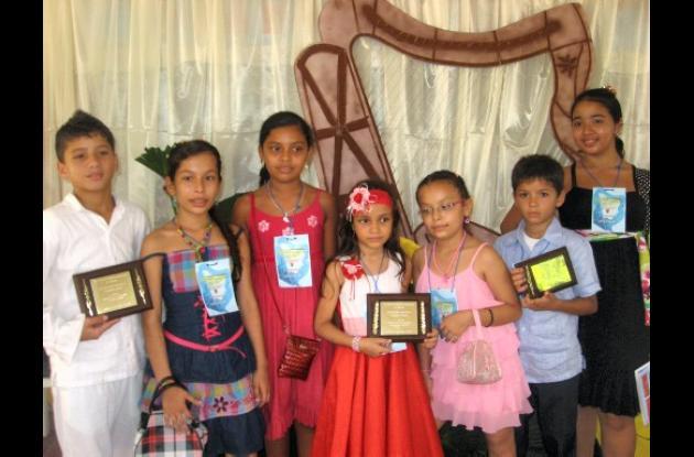 Ganadores en el VII Encuentro estudiantil de poetas y declamadores.