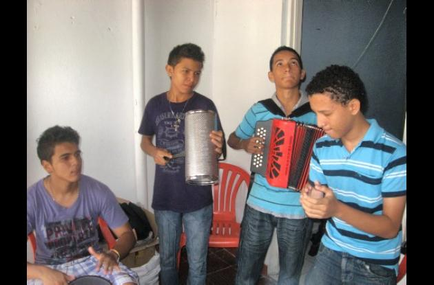 Livinson de la Ossa tocando con un conjunto juvenil.