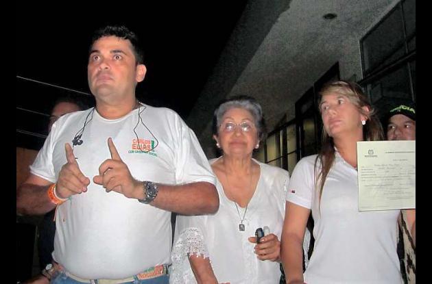 El alcalde electo junto a su madre, Alicia Sagre, y a su esposa, Lucía Tous.