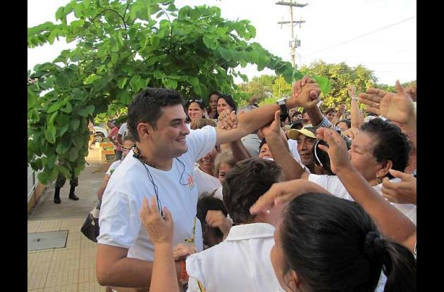 Carlos Elías, alcalde electo, salió a saludar a los seguidores