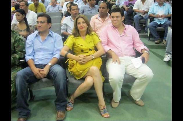 Alejandro Lyons junto a los nuevos diputados, Leonor Martínez y Remberto Tapia.