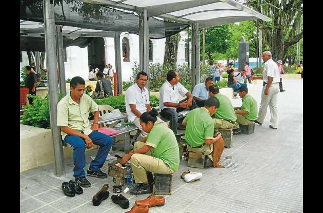 escribientes y emboladores en el nuevo parque de Montería