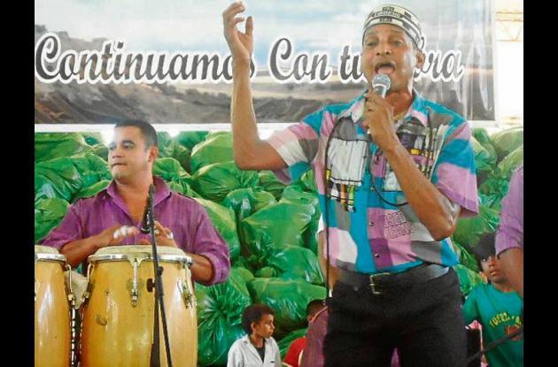 El artista Farid Ortiz durante su presentación en San Andrés de Sotavento.