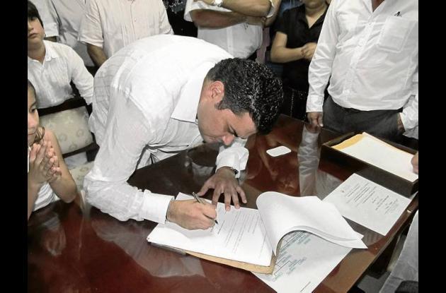 Carlos Elías Hoyos firmando el acta como nuevo alcalde de Sahagún.