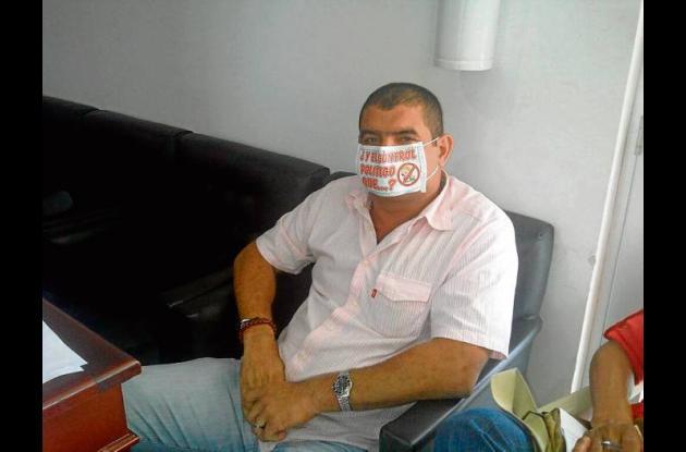 El concejal Carlos Zapata con tapabocas.