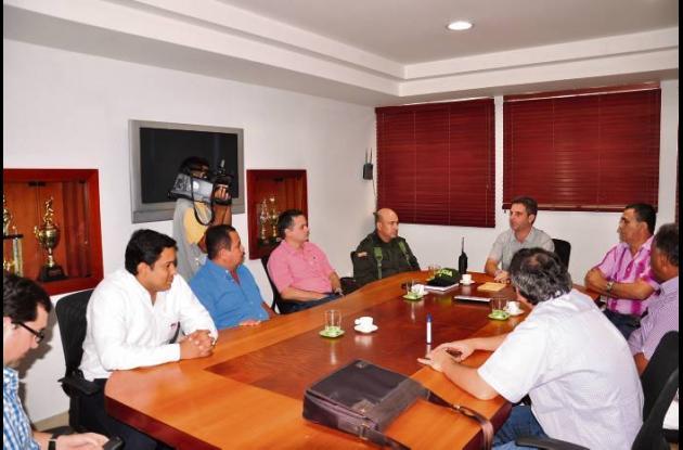 El alcalde Carlos Correa y los transportadores reunidos.