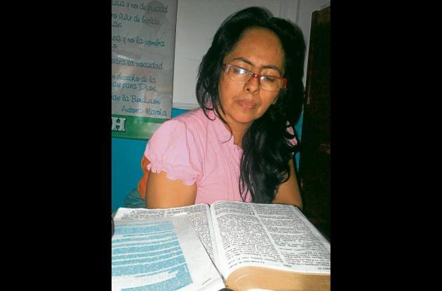 Marta Herrera Morelo leyendo la Biblia.