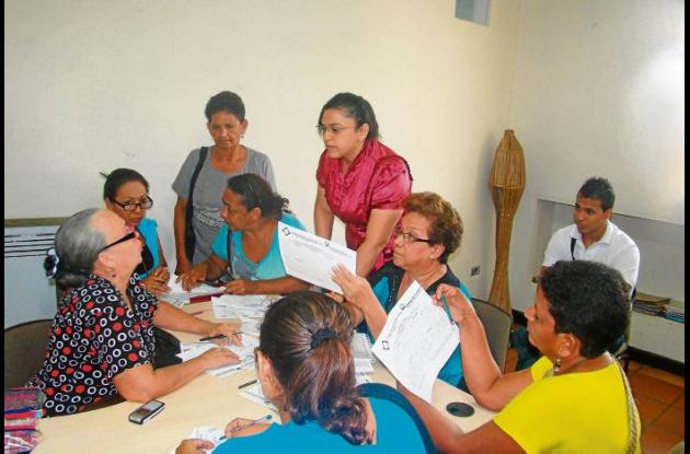 Luz Amparo Salcedo escucha a una parte del gremio artesanal