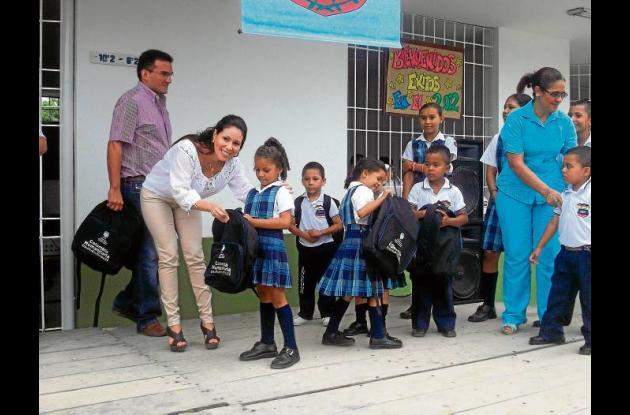 La secretaria de educación, Catalina Mariño, entregando los kits.