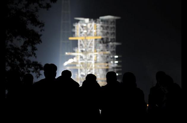 Cae pedazo de nave lunar chino sobre dos casas.