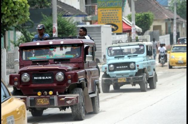 Camperos que transportan pasajeros en Cartagena.