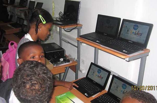 Niños entre primero y quinto grado de básica primaria, estrenando los computador