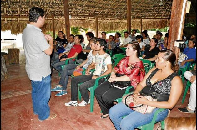 Comunidad Lgbti deSucre, con funcionarios municipales y departamentales.