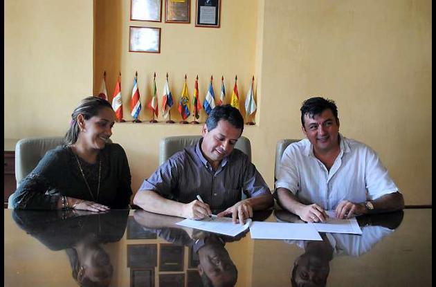 Convenio firmado por Edda Vásquez, coordinadora de Vivienda Rural del Banco Agra