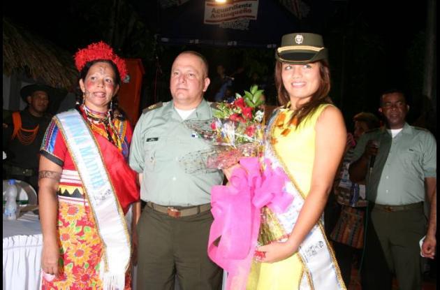 Erika Patricia Valderrama, reina de la Policía y Nery Durango, reina madre.