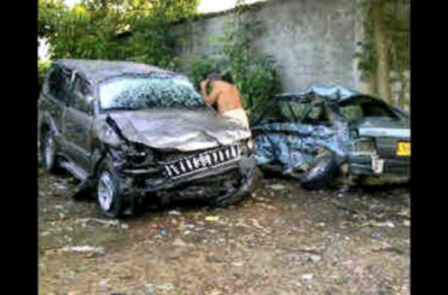 Los vehículos dieron volteretas luego de la fuerte colisión.