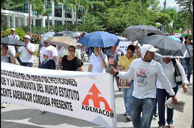 Profesores y estudiantes en la marcha ayer en Montería.