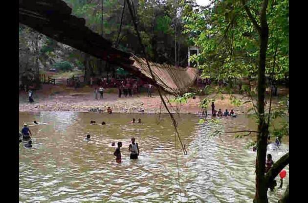 puente artesanal que se cayó en San José de Uré