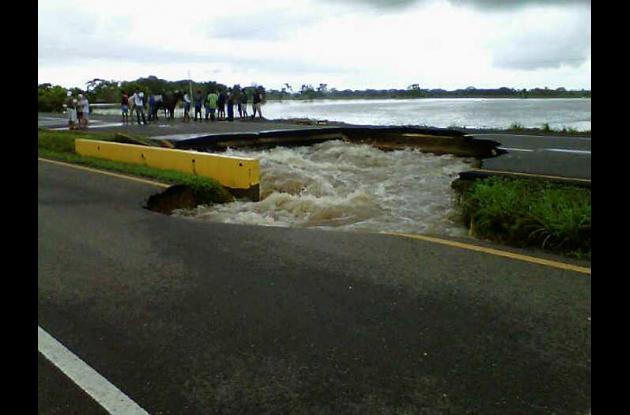 Cráter causado por lluvias en Carretera La Cordialidad.