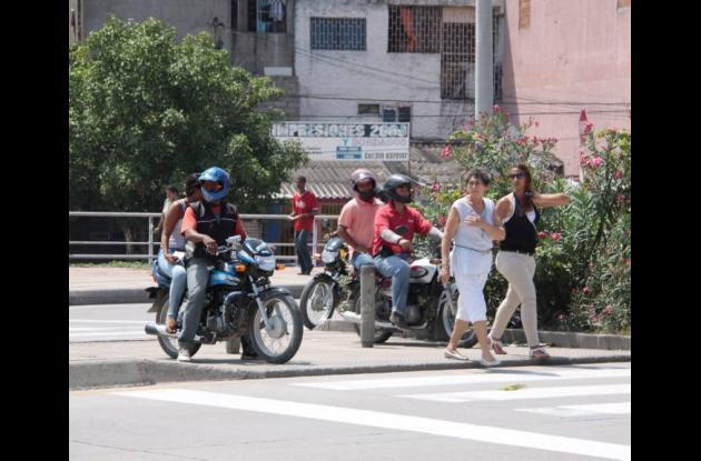 Invasión de pasos peatonales en Cartagena