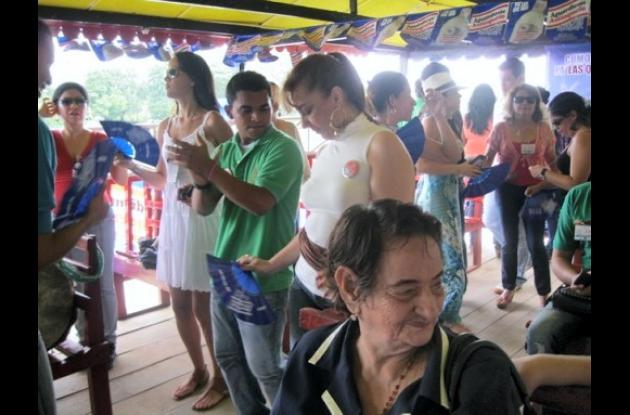 madres y chaperonas de las reinas participaron del planchonazo
