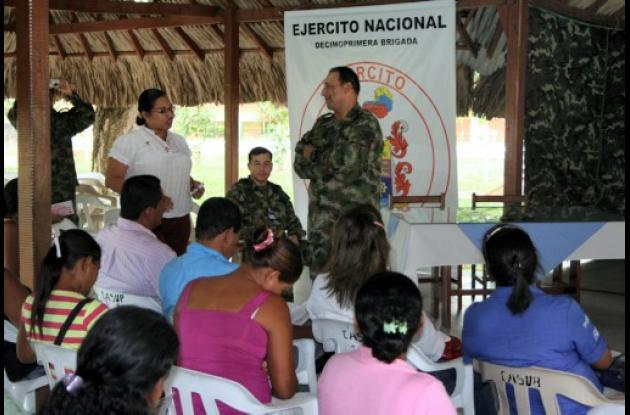 Comandante de la Brigada 11 del Ejercito Nacional, con la comunidad