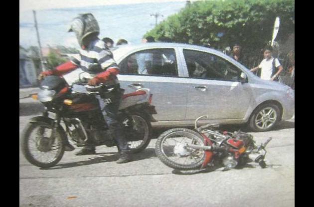 Así quedó la motocicleta luego de ser impactada por el automóvil.