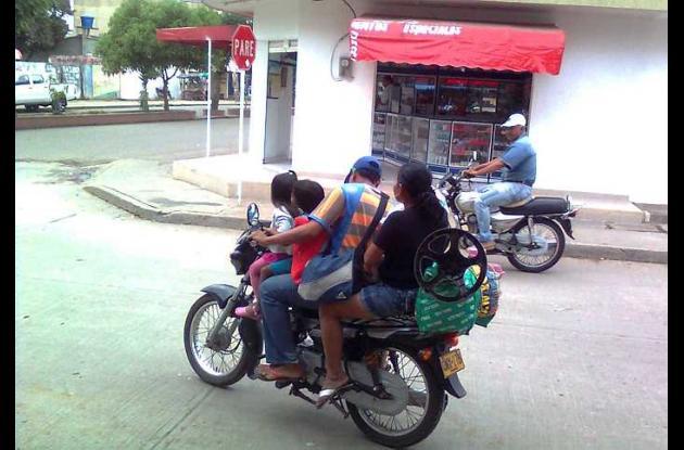 Los conductores no respetan la norma y exceden el cupo exponiendo la vida