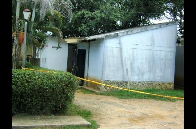 El cuerpo del policía fue trasladado a la morgue de Lorica.