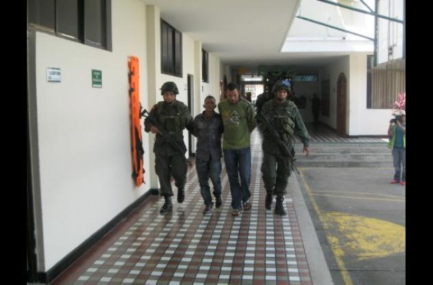 La policía ayer presentó a las personas capturadas