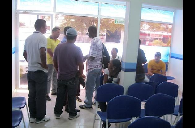 Familiares de las víctimas en el sepelio.