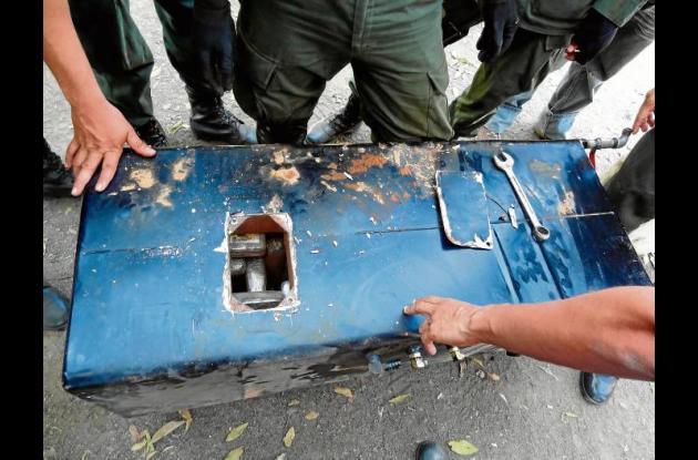 Las autoridades tuvieron que abrir el tanque para sacar la droga.