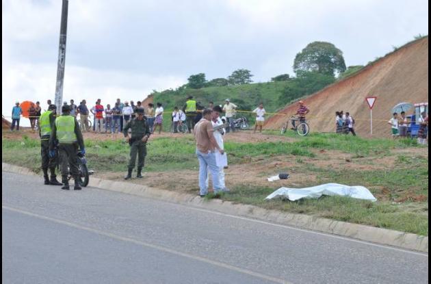 El cuerpo del expatrullero quedó a un lado de la vía.