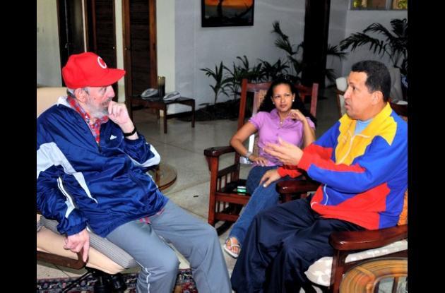 En la entrevista aparecen Chávez, Fidel Castro y una de las hijas de Chávez.